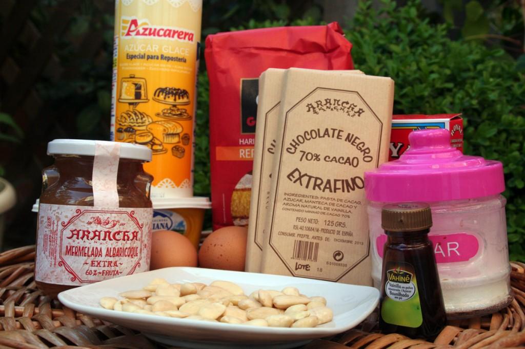 Mermeladaca Albaricoque Arancha, Azucar glass, Chocolate Negro 70% Arancha, Harina, huevos, almendras, vainilla azucarada y azucar