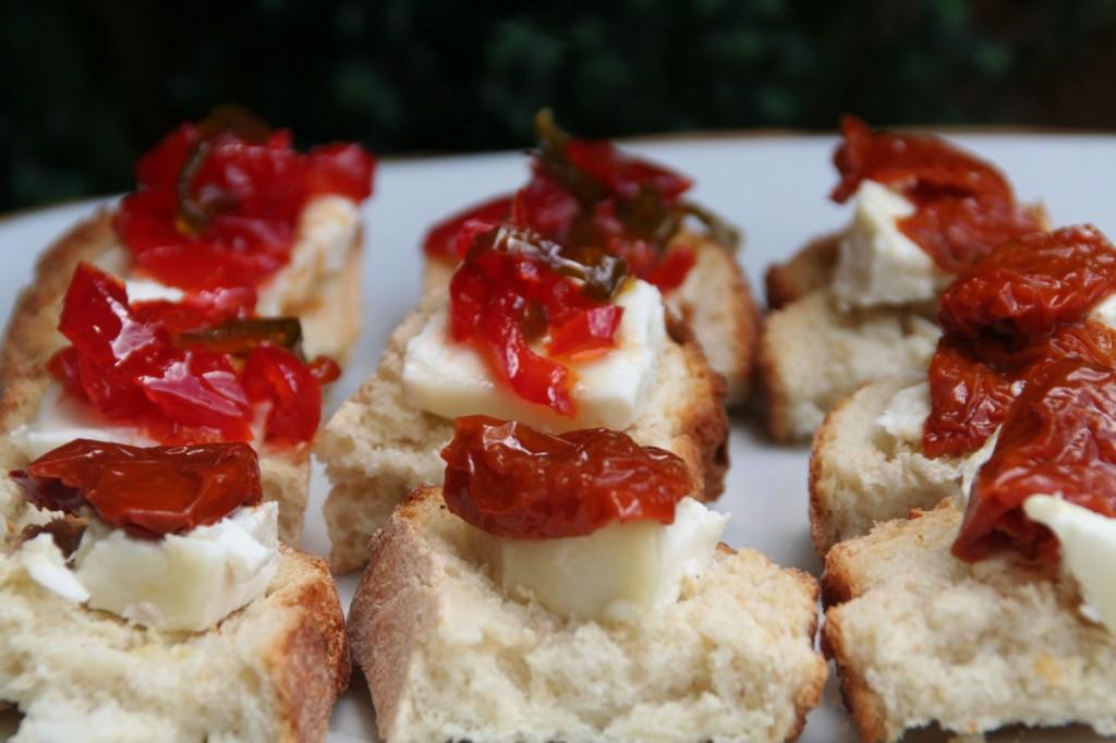 Pinchos de Queso de cabra con Tomatitos Secos y con Pimientos confitados