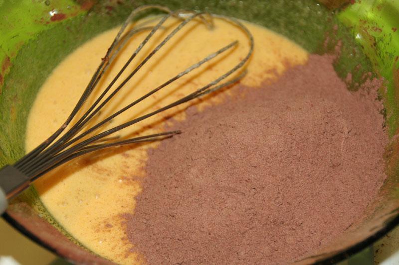 Mezclamos la mezcla de Harina, cacao con la mezcla de huevos, azucar y mantequilla