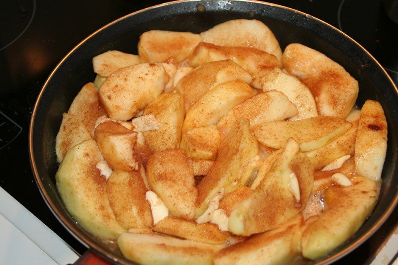 Todas las capas de manzana, azucar con canela y trocitos de mantequilla preparadas..