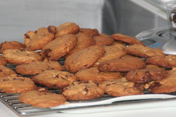 Las cookies reciend hechas en la bandejas enfriandose...